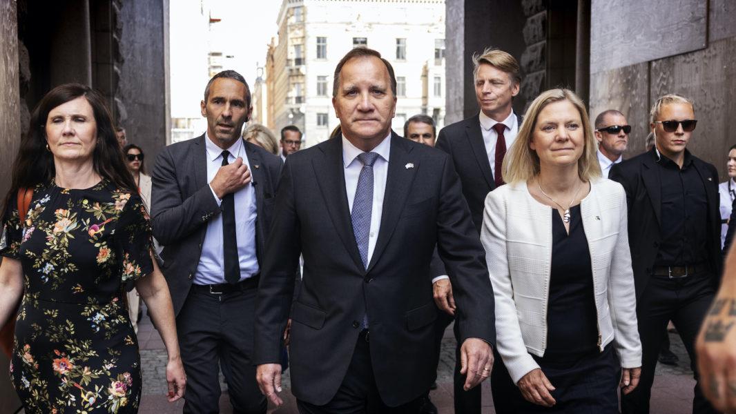 Statsminister Stefan Löfven (S) på väg till riksdagens misstroendeomröstning.