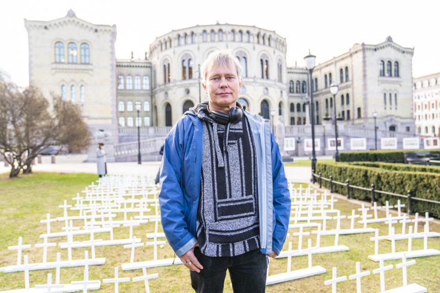 Arild Knutsen utanför Stortinget i samband med en aktion tillsammans med Unge Venstre, där 260 kors står för de personer som dog av drogöverdoser 2019.