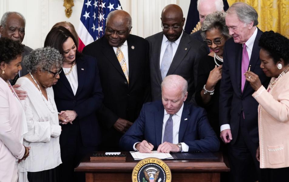 President Joe Biden skriver under lag om att göra 19 juni till nationaldag.