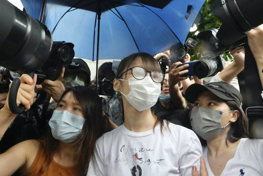 Agnes Chow, i mitten, har släppts fri.