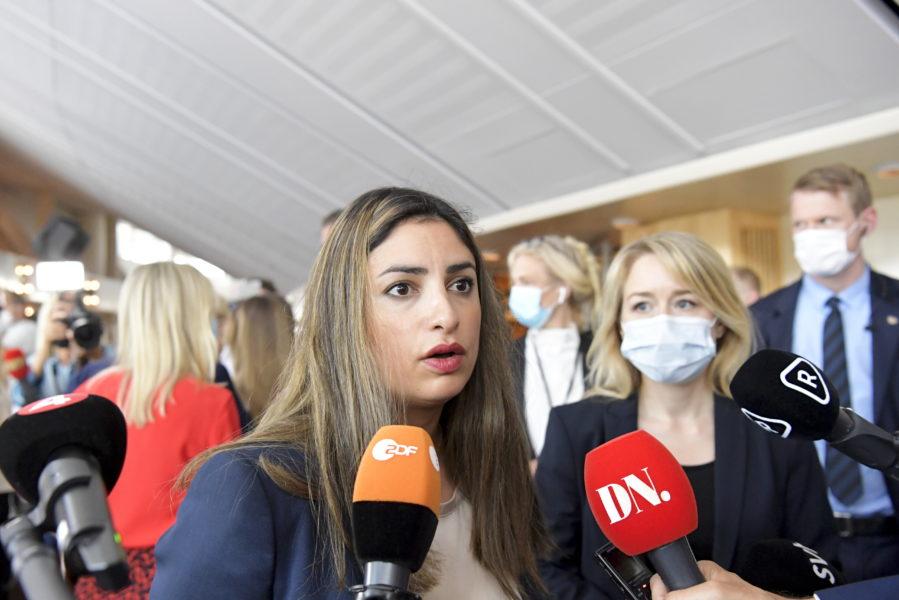 Vänsterpartiets partiledare Nooshi Dadgostar när hon anlände till misstroendeomröstningen i riksdagen i måndags.