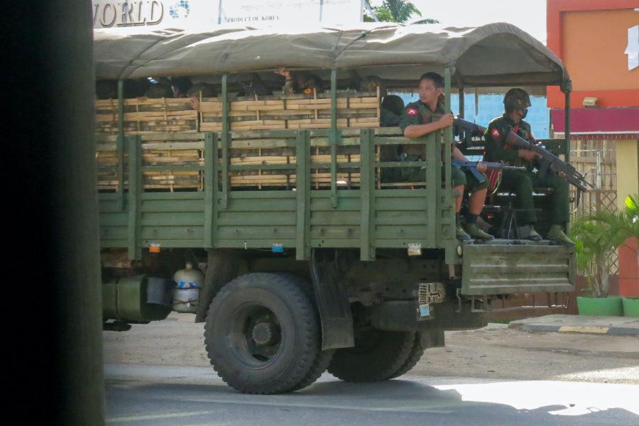 Militär och polis övervakar gator i östra Myanmar.