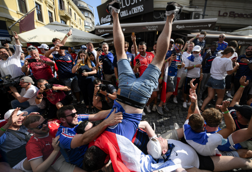 Franska fotbollsfans fotade den 28 juni då de var på plats i Bukarest i Rumänien för att titta på EM-matchen mellan Frankrike och Schweiz.