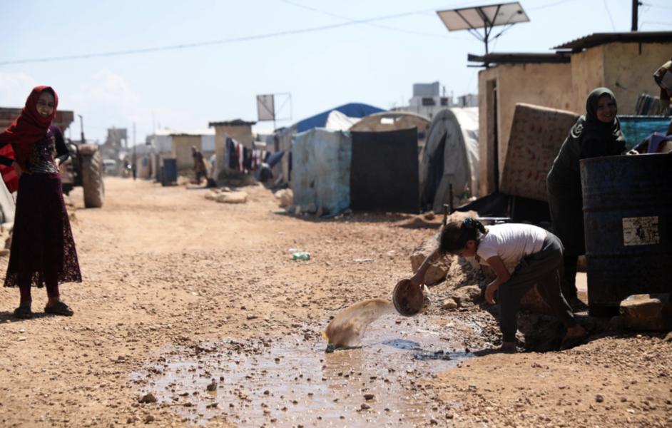 Idlib-provinsen, som detta flyktingläger i staden Atma ligger i, drabbas hårt om vägen stänger.