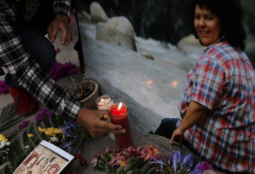 Berta Cácares, aktivist för Honduras ursprungsbefolkning och miljön, sörjdes av många när hon mördades 2016.