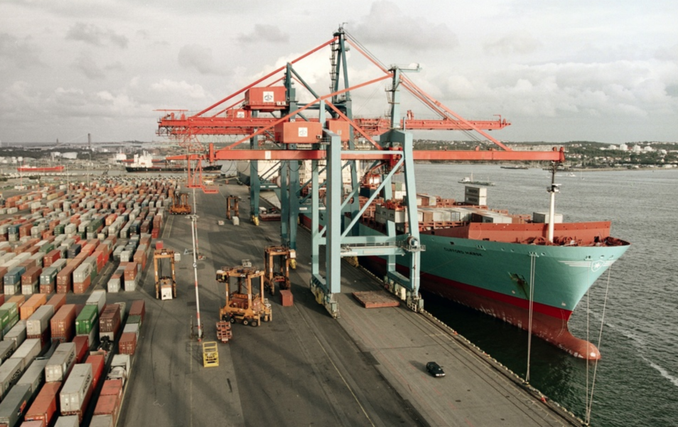 Lastning och lossning av containrar i Scandiahamnen, Göteborg.
