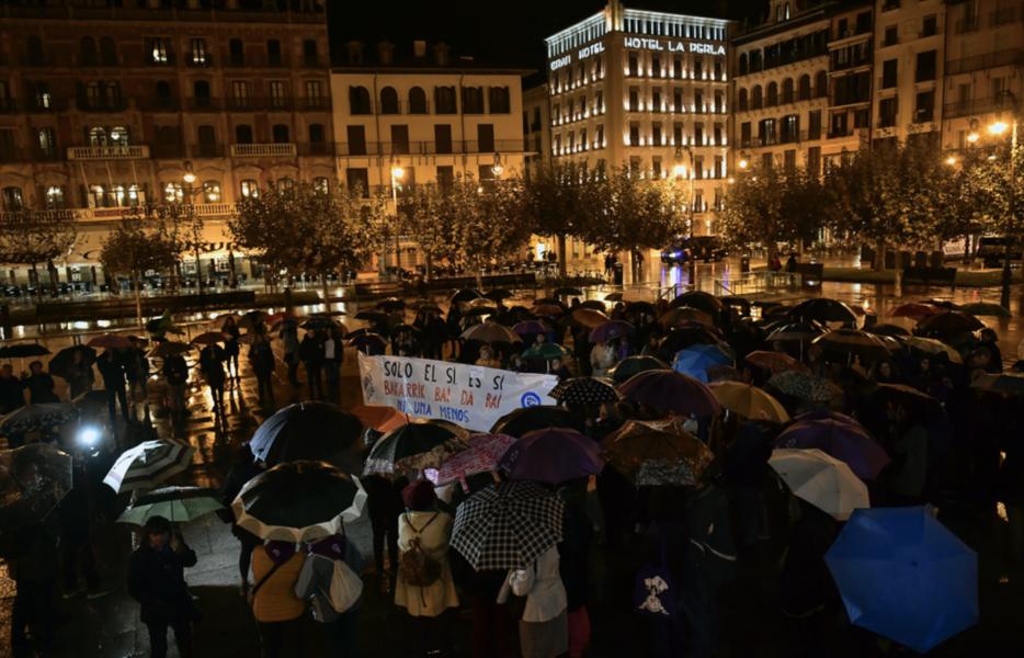 """""""Bara ja betyder ja"""" står det på plakatet kvinnan bär under en demonstration för samtyckeslagen."""
