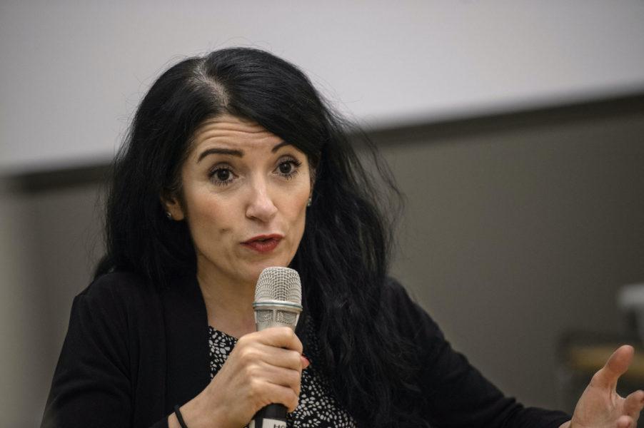 Amineh Kakabaveh har en vågmästarroll inför regeringsomröstningen i riksdagen.