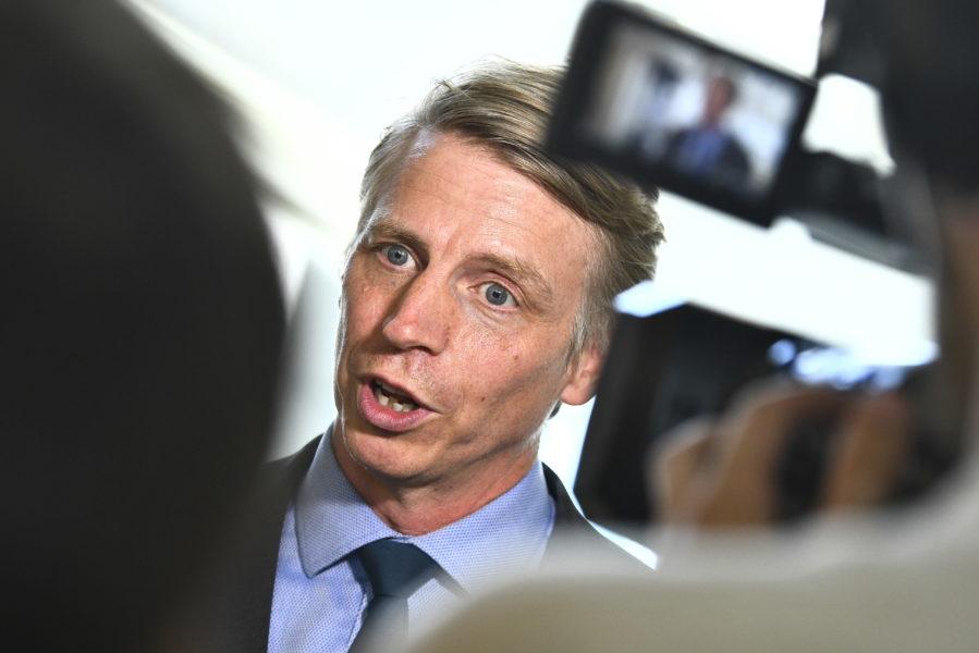 Miljöpartiets språkrörPer Bolund anser att Centerpartiet offrar miljön med sina krav för att släppa fram en ny S-ledd regering.