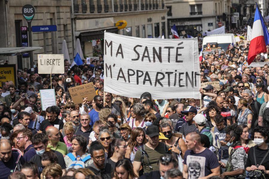Antivaccindemonstranter protesterar i Paris.
