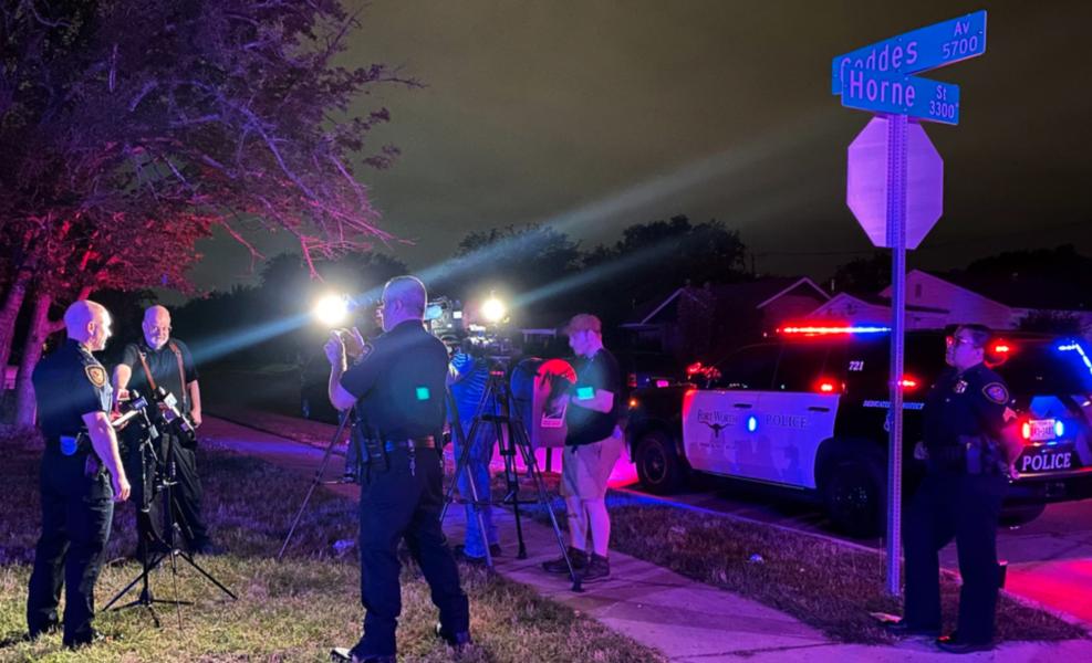 Polisen i Fort Worth, Texas, pratar med medier på morgonen den 4 juli, efter det att åtta personer skadats i en skottlossning.