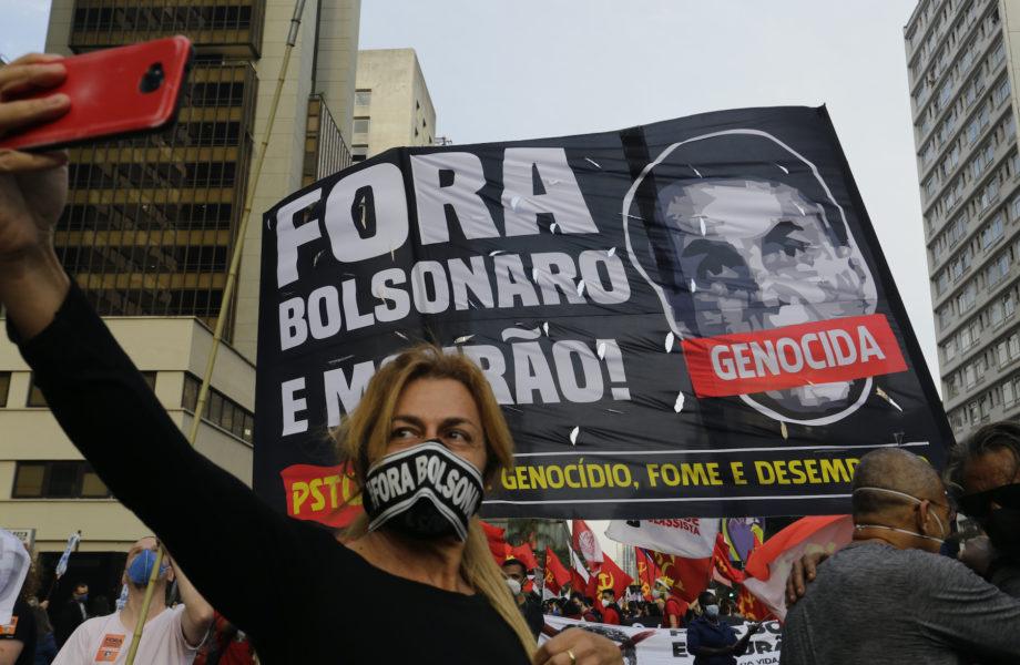 Demonstranter kräver president Jair Bolsonaros avgång i ett demonstrationståg i São Paulo i Brasilien på lördagen.