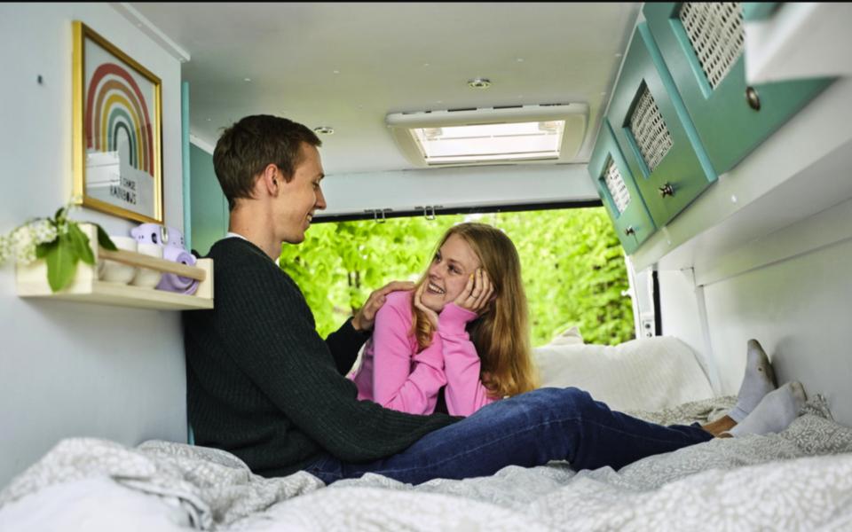 """Frihetskänslan är det bästa med att bo i en ombyggd van, tycker Anton Pehrson och Sofia Lindhe som träffades i SVT:s serie """"Gift vid första ögonkastet""""."""