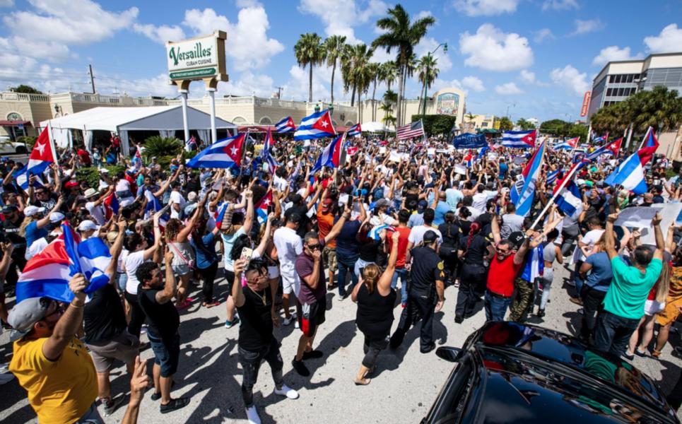 Exilkubaner i Miami i USA visar sitt stöd för de regimkritiska protesterna som hålls i Kuba.