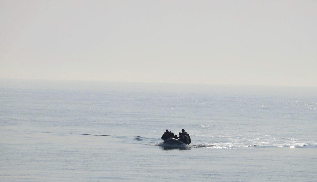 Över hundra migranter i sex nödtorftiga båtar räddades när de försökte korsa Engelska kanalen under fredagen.