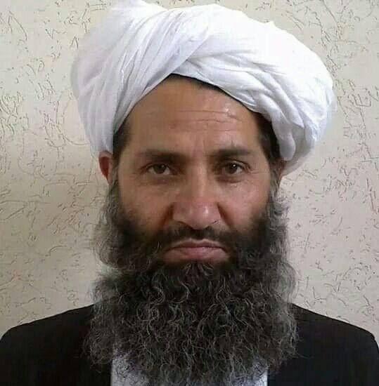 Talibanledaren Hibatullah Akhundzada poserar för ett fotografi på okänd plats.