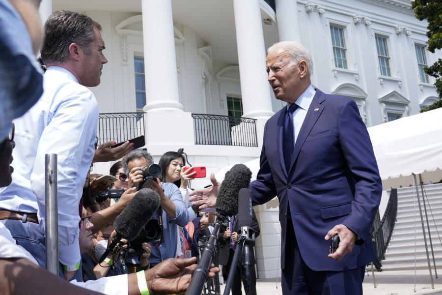 Vilseledande information dödar människor, säger USA:s president Joe Biden.