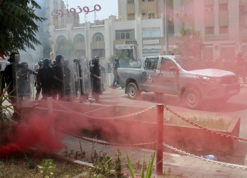 Tunisisk polis under helgens demonstrationer.