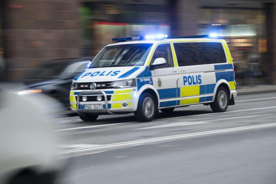 En grupp klimataktivister stoppade trafiken på en gata i centrala Malmö på lördagen – flera personer greps av polisen.