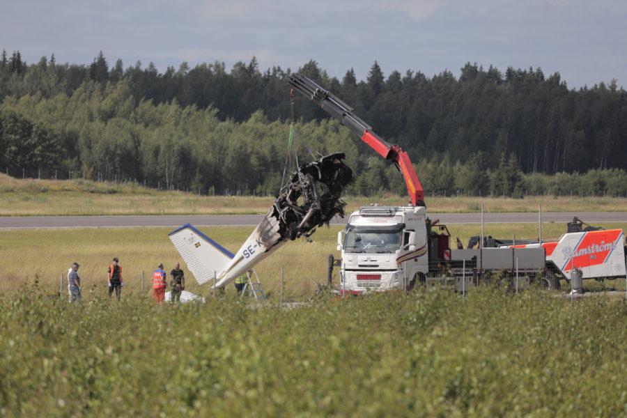 Flygplansvraket som kraschade vid Örebro flygplats i torsdags bärgas.