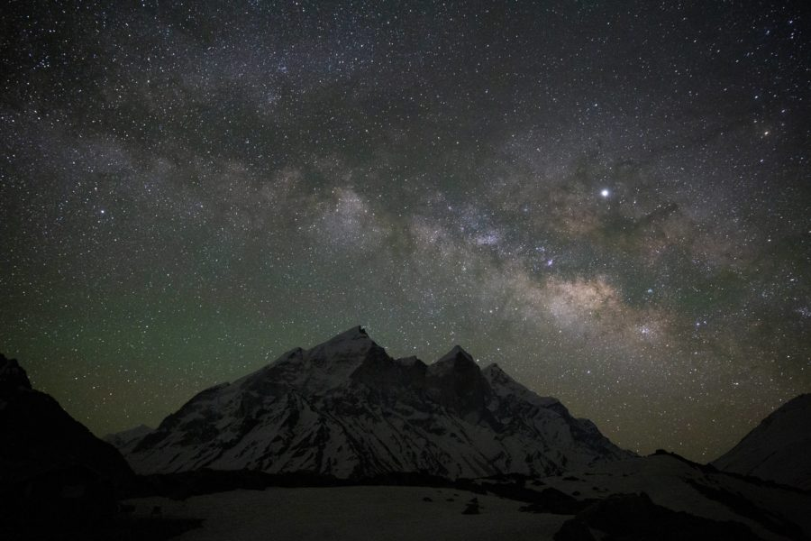 Blir vi observerade av utomjordingar? Tjuvlyssnar de på oss? Den frågeställningen agerar utgångspunkt i en vetenskaplig artikel där forskarvärlden på internationell nivå har samarbetat för att ringa in hur många planeter i närliggande stjärnsystem som har möjlighet att studera Jorden.