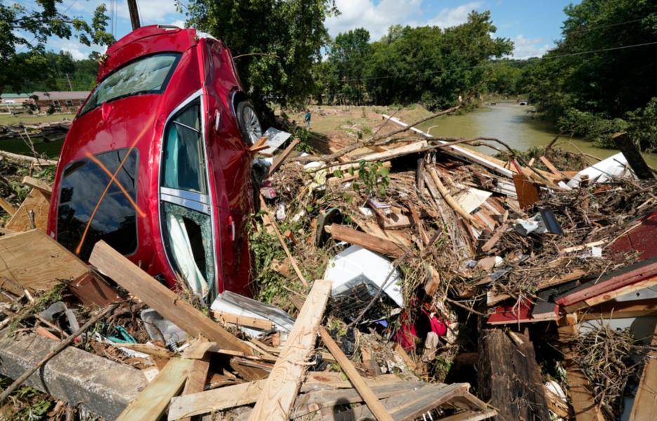 En bil och annat bråte hade på söndagen spolats upp mot en bro över ett vattendrag i samhället Waverly i Tennessee.