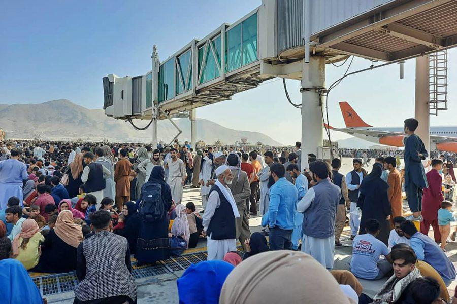 Folkmassor söker sig till Kabuls flygplats, efter att talibanerna intagit Afghanistans huvudstad.