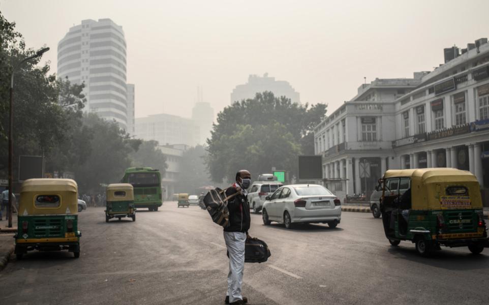 En man väntar på skjuts i Delhi, en av världens mest förorenade städer.
