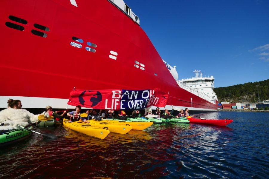 Aktivister från Extinction rebellion framför oljetankernRamanda som ska tankas av olja från det norska företaget Equinor.