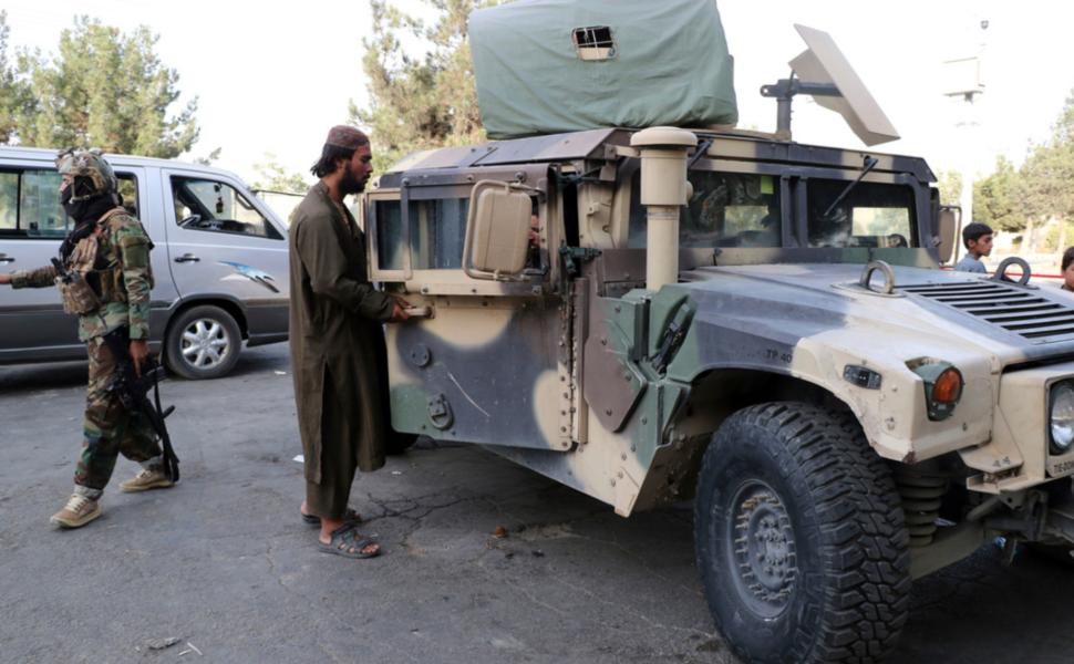 Talibanerna är numera utrustade med amerikanska vapen och stridsfordon, inklusive militära terrängbilar av modellen Humvee.