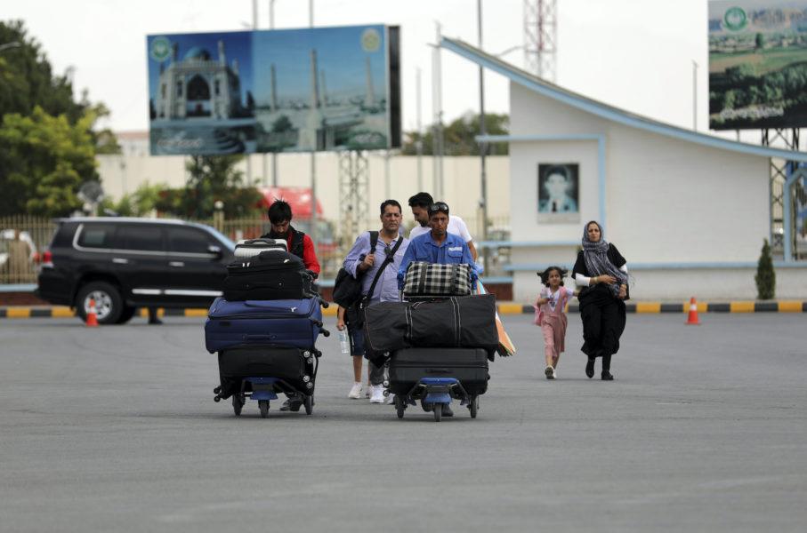 Passagerare vid Kabuls internationella flygplats i lördags.