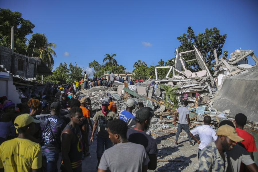 Människor söker efter överlevande i Les Cayes efter skalvet i Haiti.