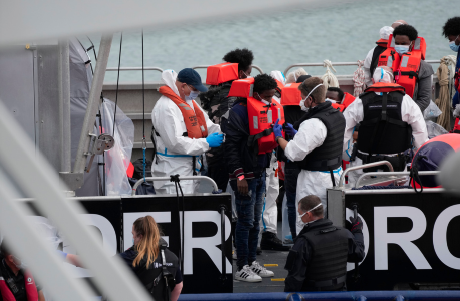 Migranter som plockats upp i Engelska kanalen tas emot vid Dover i England.
