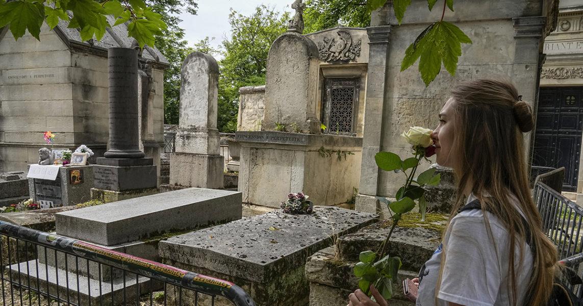 Jim Morrisons grav påPere-Lachaise-kyrkogården i Paris är ett populärt turistmål – det ligger fler kända personer på samma kyrkogård, och det delas ut en karta över deras gravar till besökarna.