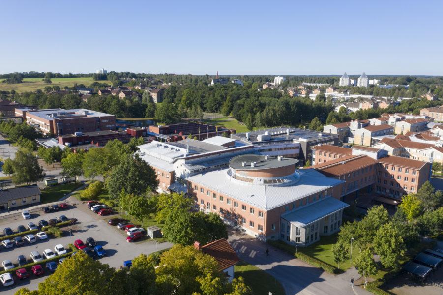 Linnéuniversitetet i Kalmar har tvingats pausa nollningen efter att flera studenter uppvisat symptom.
