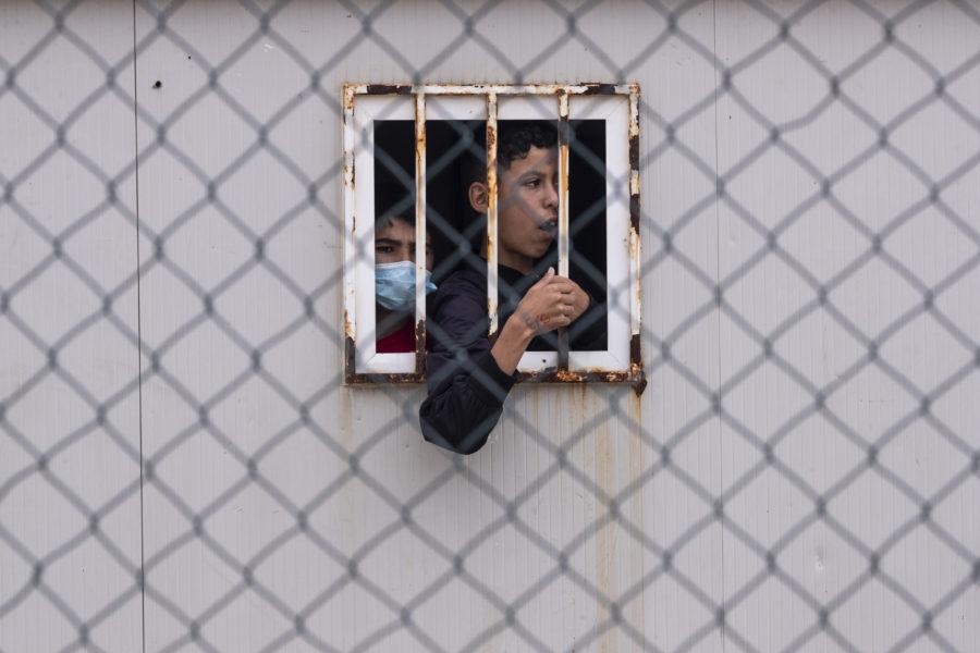 En pojke som olagligt tagit sig in i Ceuta i ett temporärt skydd för migranter i maj.
