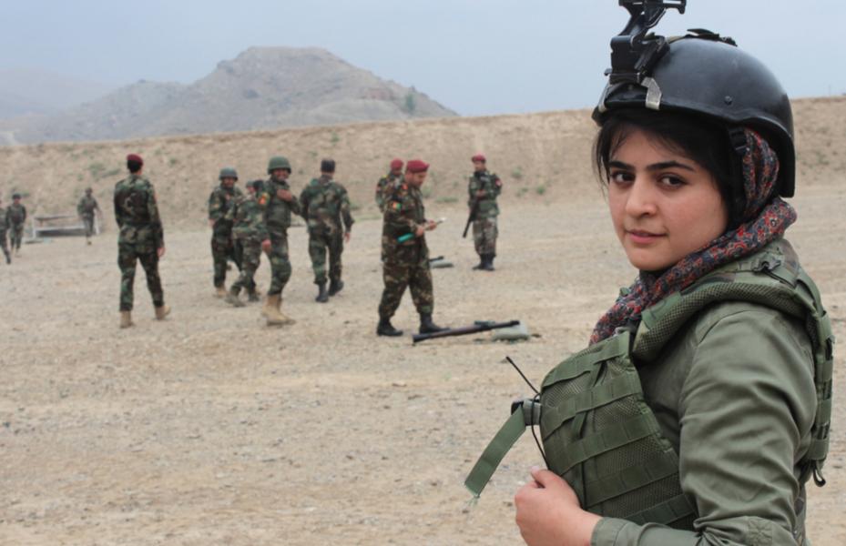 Den prisbelönta journalisten Najwa Alimi, 26, gömmer sig i Kabul.