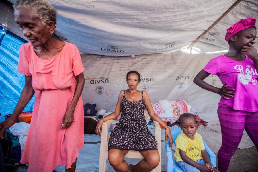 Vesta Guerrier (i mitten) lever med rädslan för att bli våldtagen efter den stora jordbävningen.