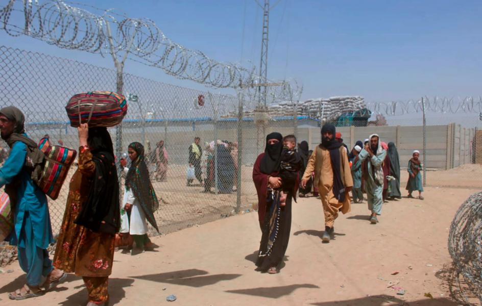 Afghaner korsar gränsen till grannlandet Pakistan den 27 augusti.