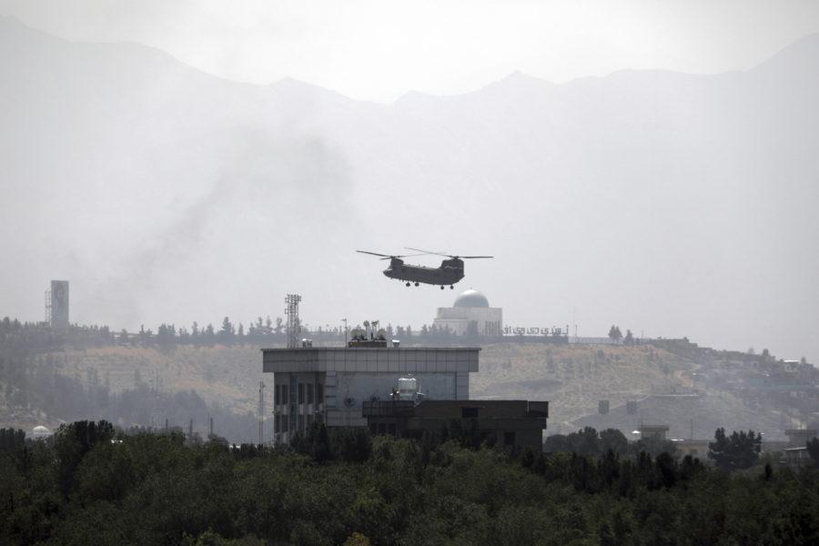 En amerikansk helikopter ovanför landets ambassad i Kabul.