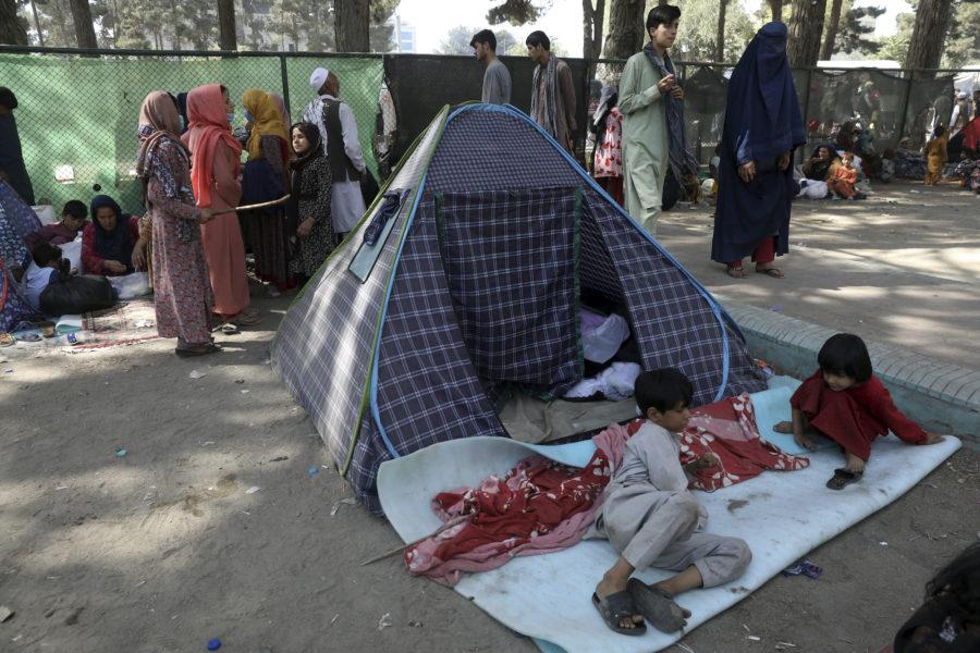 Människor som flytt Afghanistans norra provinser söker skydd i en park i Kabul.