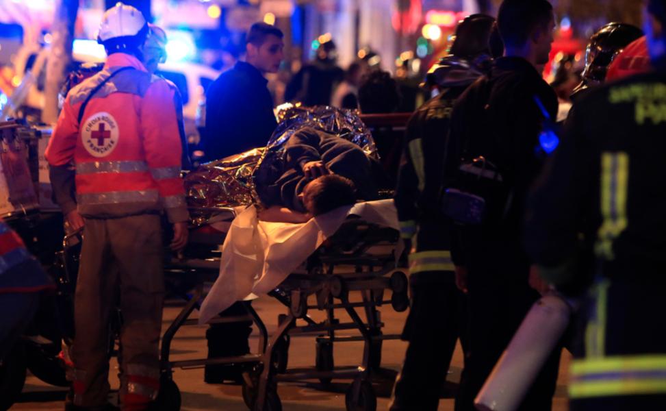 Foto: Thibault Camus/AP/TTEn person som skadats i angreppet mot konsertlokalen Bataclan i Paris den 13 november 2015 undsätts.