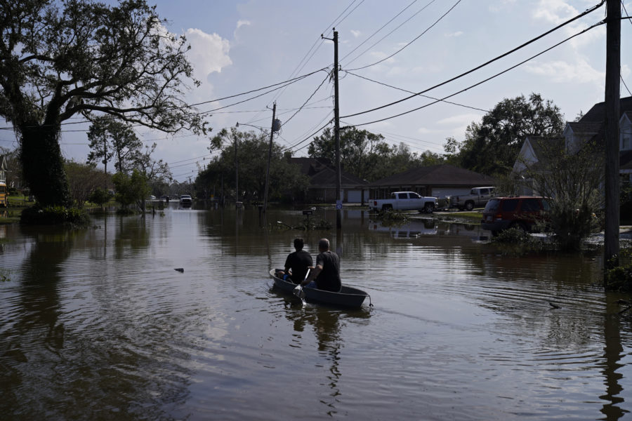 Två personer paddlar efter en översvämning orsakad av cyklonen Ida i Jean Lafitte, La.