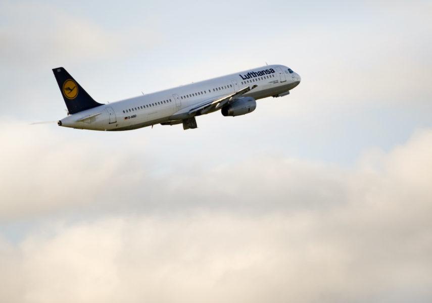 Långa flygresor påverkar klimatet som i sin tur påverkar global ekonomi på lång sikt.