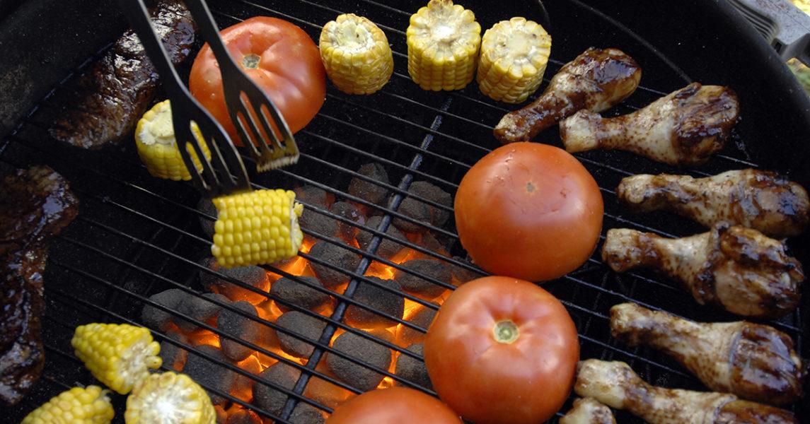 Grillad majskolv och grillade tomater med en nypa salt och svartpeppar är fantastiskt gott.
