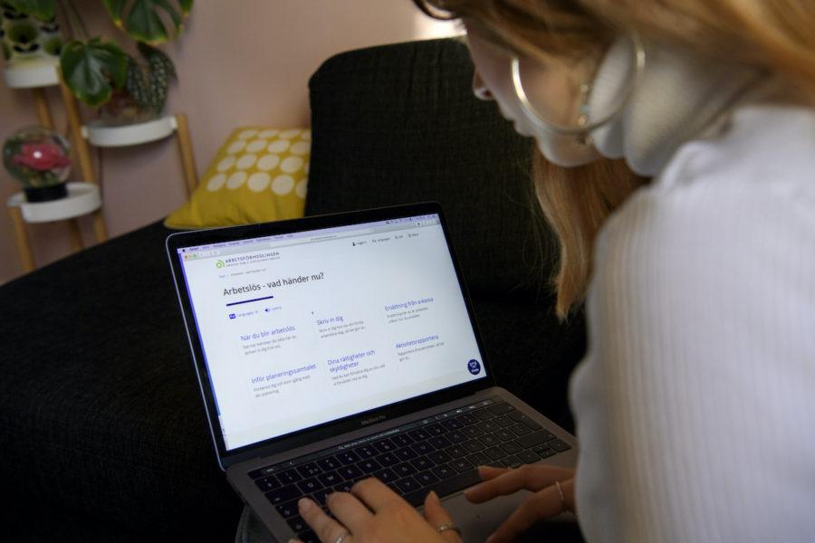 Privata jobbcoacher ska hjälpa arbetslösa som har svårt att få jobb, men vissa låter dem bara skriva cv i flera års tid, uppger flera källor.