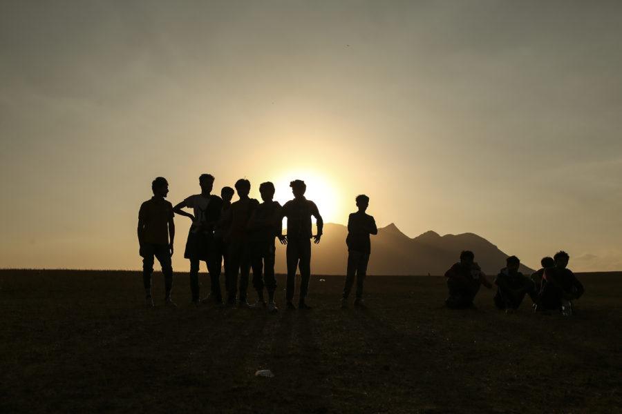 De afghanska flyktingarna på bilden säger till nyhetsbyrån AP att de varit i den afghanska armén, men valde att fly efter att talibanerna tog över.
