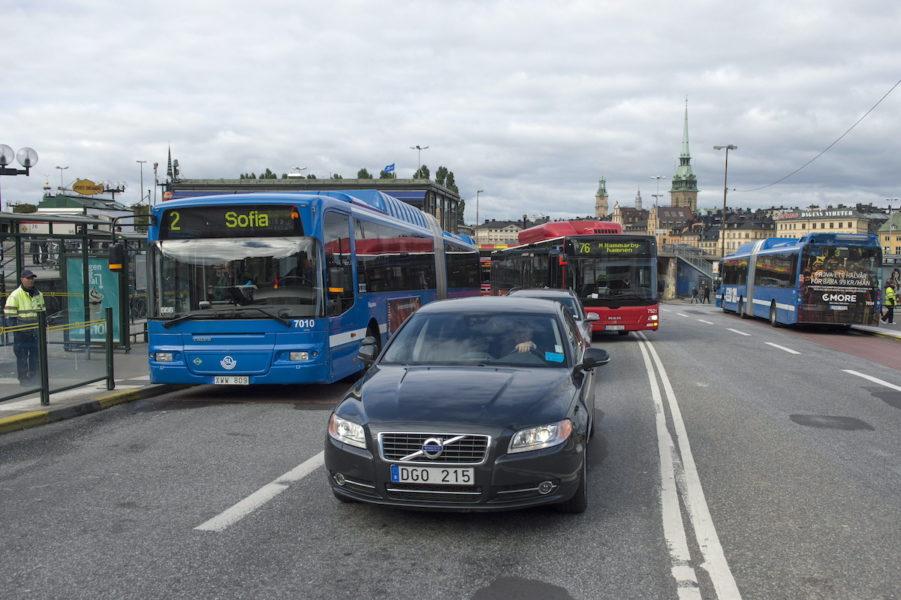 Regeringens förslag som gör det dyrare att köra bilar med höga koldioxidutsläpp välkomnas av många.