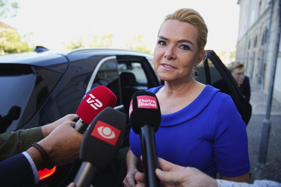 Den tidigare migrationsministern Inger Støjberg möter journalister innan hon går in i Eigtveds Pakhus där riksrätten kommer att hålla sina förhandlingar.