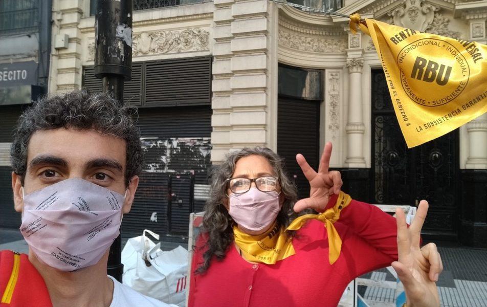 Ramiro Ruíz Cabaleiro (till vänster) är en av dem som driver att en universell basinkomst, även kallat medborgarlön, borde införas åt alla i Latinamerika.